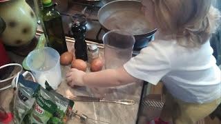 Как приготовить омлет. Омлет на завтрак. Омлет со скорлупой. Поварёнок Мими.