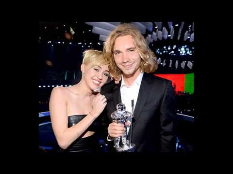 Miley Cyrus' Homeless VMAs Date Jesse Helt Wanted for Arrest in Oregon