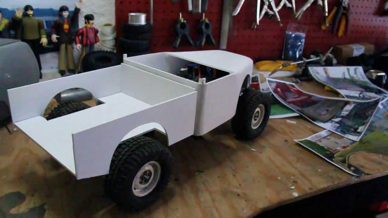 Il se fabrique une voiture radiocommandée à partir de rien