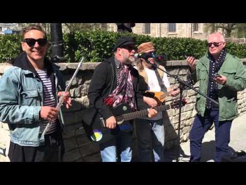 Борис Гребенщиков и группа «Аквариум» играют на улице в Таллинне