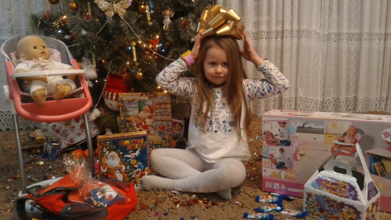 Диана и рома открывают новогодние подарки 11