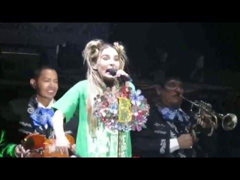 Belinda canta y se disfraza del sapito completo