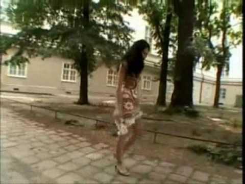 Jeune femme tres sexy dehambule dans la rue et balance son cul