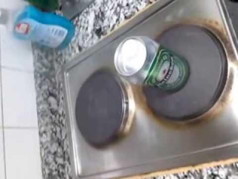 Comprimir una lata con agua caliente y presión atmosférica