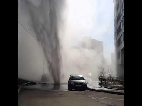 Прорыв водопровода на Истринской улице в Москве