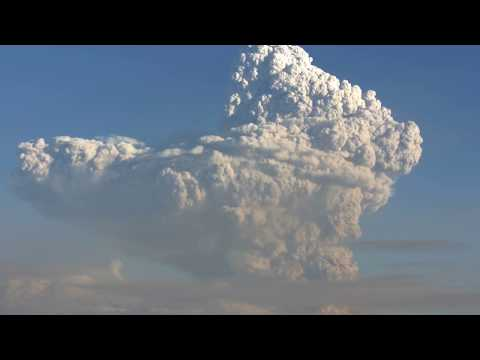 Вулкан Безым�нный. Пепловый выбро� на вы�оту 15 км над уровнем мор�. 2017-12-20 03:55 UTC_1