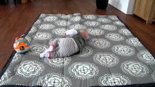 Baby Flore aan het rollen