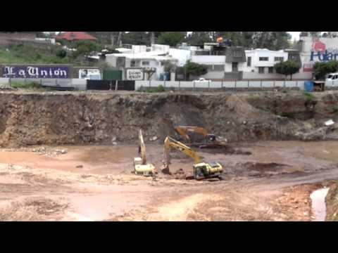excavadoras de orugas caterpillar atascadas en lodo trabajando