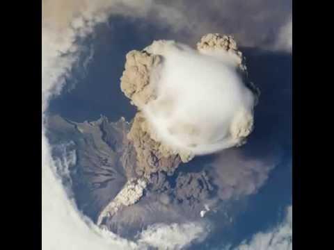 Извержение вулкана Сарычева из космоса