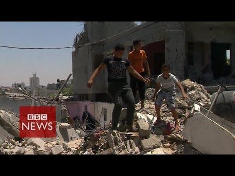 Devastation after air strike on Khan Younis, Gaza - BBC News