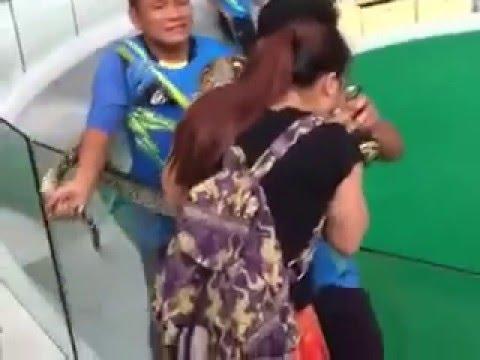 Se le ocurrió intentar besar a una serpiente pitón