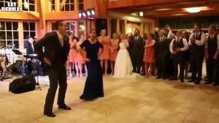 Mãe e filho dançam no casamento