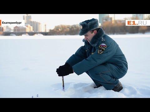 Сотрудник МЧС демонстрирует, как безопасно устраивать салюты
