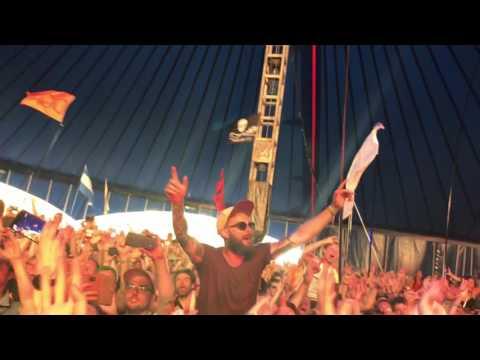 Epic crowd singalong to Mr Brightside at Glastonbury 2017