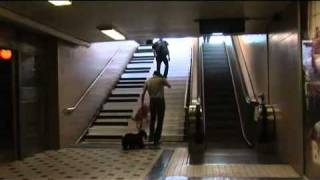Marketing de guerrilla - Piano escaleras metro de Estocolmo. Piano stairs.mp4