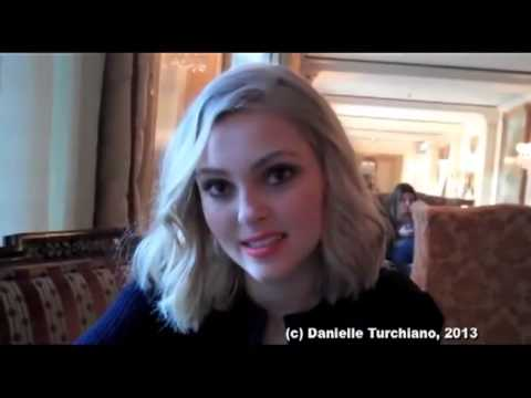 AnnaSophia Robb Dishes on - ''The Carrie Diaries''