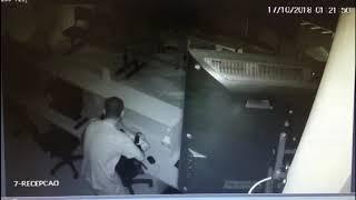 Bandidos quebram porta de clínica e roubam monitores de computador e televisão