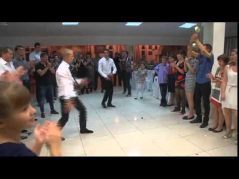 Танец друзей жениха на свадьбе