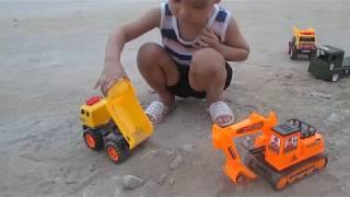 Máy xúc đất, xe cẩu làm việc cùng bé