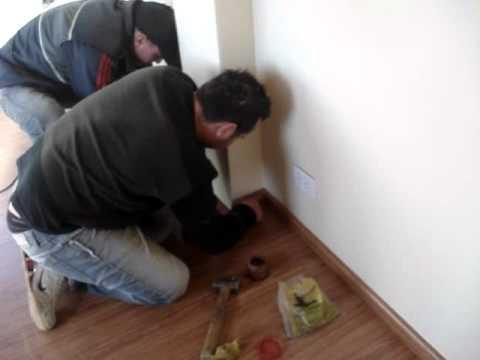 Colocaci n de z calo de piso flotante youtube for Zocalos de ceramica