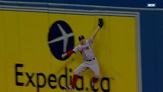 Holt makes great catch, slams into wall