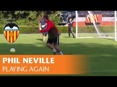 Phil Neville se calza de nuevo las botas con el Valencia CF