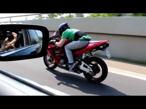 Gedrosselte CBR 600 RR (34 ps) aus rollenden Start gegen ein BMW 740 (306 ps) Restricted CBR 600 RR (34 hp) vs BMW 740 (306hp) Visit us on Facebook: http://w...