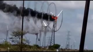 巨大な風力発電機が故障で炎上。煙が円を描く!?