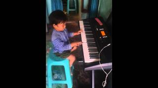 Amazing!!! 4 years old playing piano like a pro!