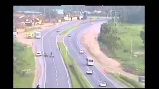 Motorradfahrer wird fast von LKW überrollt!