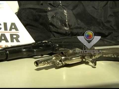 Adolescentes são detidos com réplica de revólver e arma de fogo