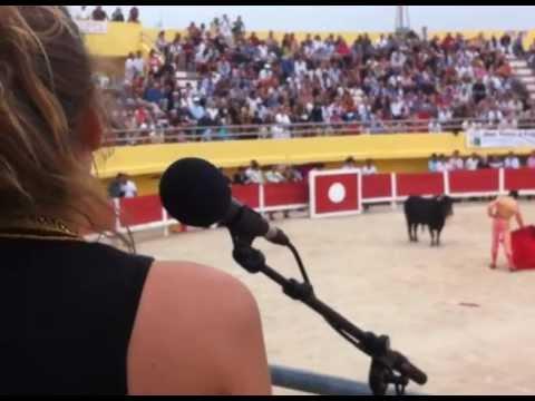 MARIA TOLEDO canta en el mano a mano entre Javier Conde y Sebastian Castella