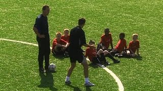 Ryan Giggs Teaches 12 Year Old Danny Welbeck How To Unbalance Defenders In 2003