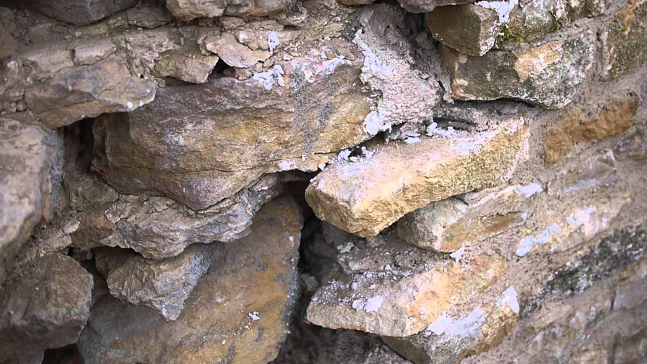 Mur en pierre et mortier de chaux remonter et for Mur de cloture en pierre