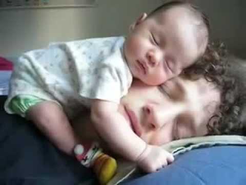 Bebés - Bebé durmiendo con su padre