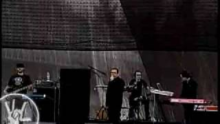 Leo Lambertini @dotmotion como baterista de Réplica
