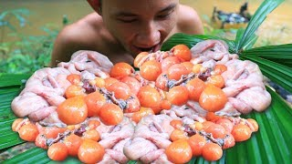 Primitive Technology: Cooking Duck Eggs in the Forest
