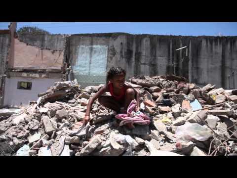 Cenário de destruição e guerra na Favela do Metrô