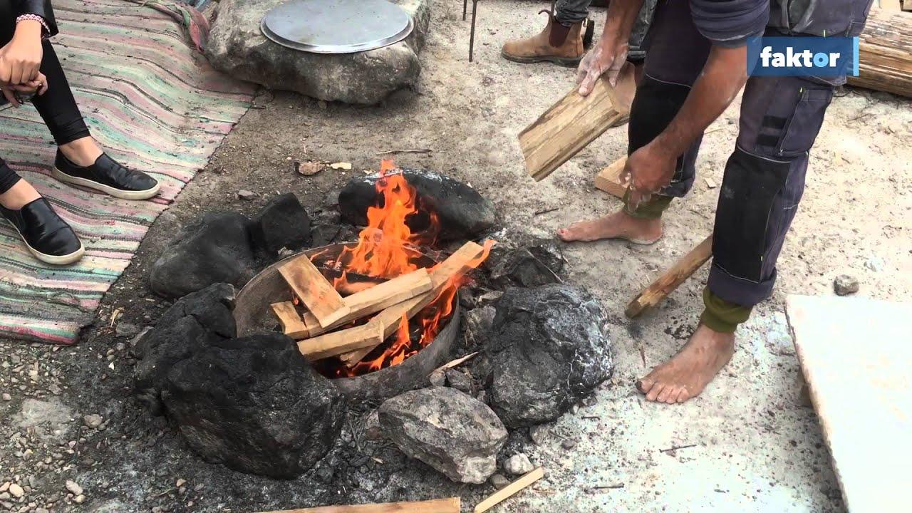 Így lehet pitát sütni a sivatag közepén - videó