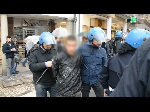Salvini a Rimini, lancio bombe carta in pieno centro. Morsi e spinte a Polizia, due agenti feriti