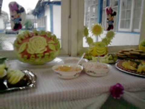 mesa de frios e frutas decoradas