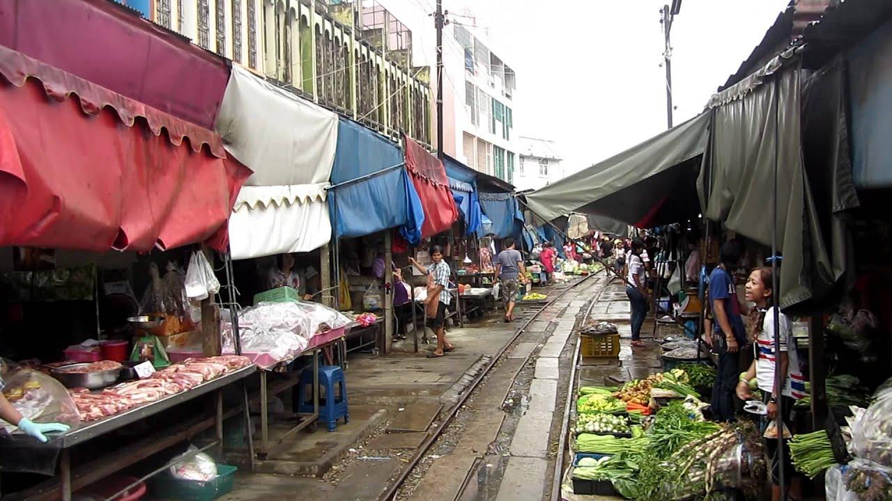 Thailand; Zug fährt mittendurch Markt Mae-Klong bei