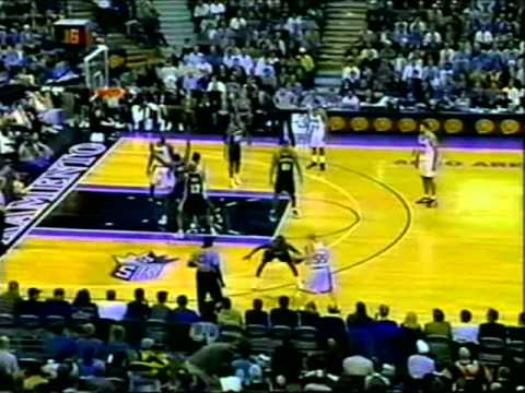 Clutch Chris Webber (34pts/19rebs) Outplays Tim Duncan (33pts/20rebs) (2000)