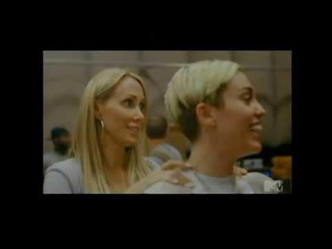 [facebook.com/shakiraineditos] | Miley Cyrus imita a Shakira