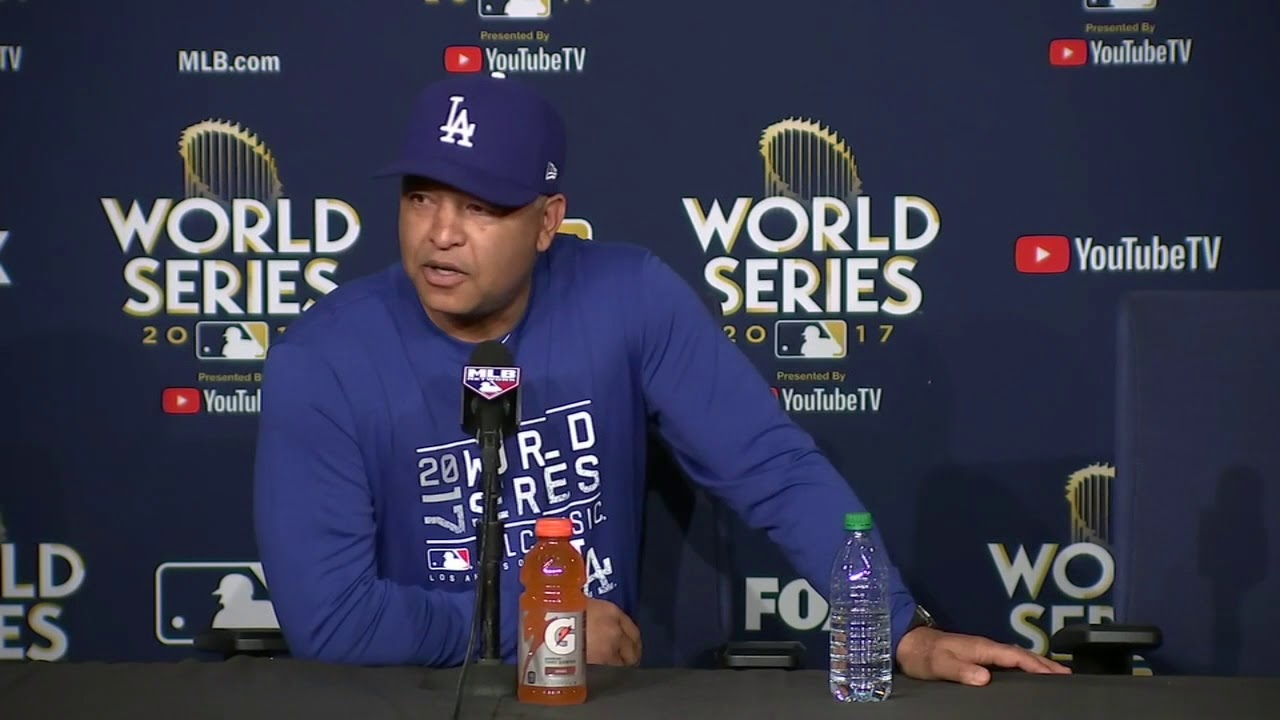 Cell phone interrupts news conference of Dodgers manager Dave Roberts | ESPN