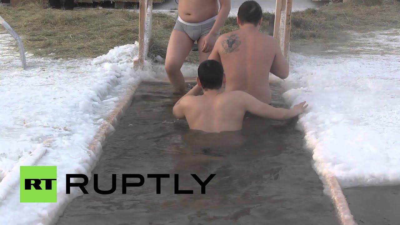 60 ezren fürödtek a mínusz 40 fokos hidegben - videó