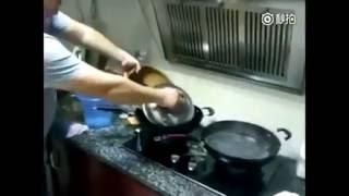 Khi đàn ông vào bếp. cạn lời!