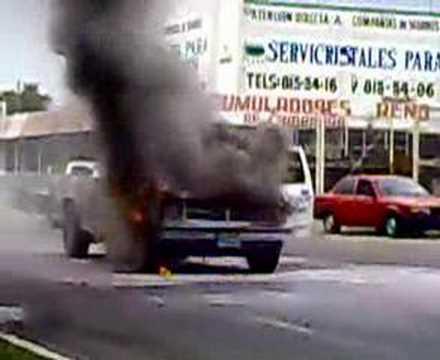 camioneta quemandose