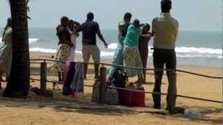 අපේ අයගේ වලියක් බලන්න එන්න Beach sellers fight, Sri Lanka