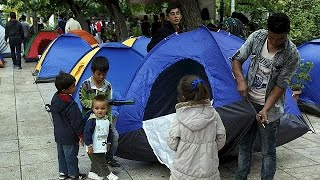 Thousands of migrants make camp in central Athens